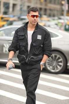 Street Style masculino com macacão preto e óculo espelhado colorido Rain Jacket, Windbreaker, Jackets, Fashion, Black Overalls, Rain Gear, Down Jackets, Moda, Jacket