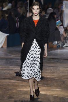 Previous                                                       Next       COUTURE HAUTE COUTURE PRINTEMPS-ÉTÉ 2016  Christian Dior 15 / 54  Premier rang  Backstage  Détails