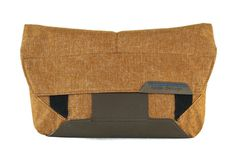 Peak Design The Field Pouch Lens Pouch -Heritage Tan- Peak Design, Shoe Bags For Travel, Glamour Ladies, Cinch Sack, Small Camera, Design Fields, Photo Equipment, Belt Pouch, Best Bags