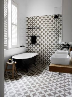 Pin Veredas Arquitetura---- www.br---- Inspiração Be inspired by this creatively designed bathroom that calls on patterned tiles and a black and white colour scheme. Diy Bathroom Storage, Bathroom Trends, Bathroom Styling, Small Bathroom Decor, Bathroom Interior, Modern Bathroom, Bathroom Flooring, Bathroom Design Small, Black Bathroom