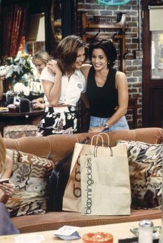 Jennifer Aniston as Rachel Green, Courteney Cox as Monica Geller ~ Friends: Season Episode 2 ~ The One With the Breast Milk 1995 . this is me & Harmon Harmon Morris Friends Tv Show, Serie Friends, Friends Cast, Friends Moments, Friends Forever, Old Friends, Best Friends, Friends Season 3, Friends Girls