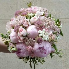 A clutch of garden roses, dotted with sweetpeas, mixing peonies, wild flowers or colored dahlias, a bouquet is the final touch to your wedding dress. Discover four of the top Paris florists who each offer a different take on the wedding bouquet. Bride Bouquets, Floral Bouquets, Floral Wreath, Deco Floral, Arte Floral, Bridal Flowers, Beautiful Flowers, Nice Flower, Purple Wedding