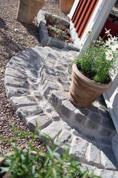 Att gjuta en stentrappa Garden Steps, Garden Edging, Garden Paths, Scandinavian Garden, Garden Cottage, Home And Garden, Sacred Garden, Family Garden, Outdoor Fire