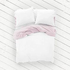 Geef je slaapkamer een frisse, nieuwe look met de Poppy Blush cocosheets. Het gecertificeerde, satijn geweven Egyptische katoen voelt heerlijk zacht op de huid en laat jou 's nachts de mooiste dromen beleven. De Aqua Azalea heeft twee verschillende zijdes in twee bijzondere kleuren: wit en licht pastel roze. Speel met je slaapkamerinterieur door de kleuren creatief te combineren.