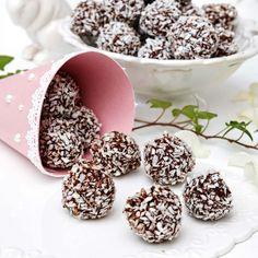 Gör chokladbollarna extra små och rulla dem i smält mintchoklad och kokos. Fika, Tart, Cereal, Pudding, Chocolate, Breakfast, Desserts, Ren, Sweden