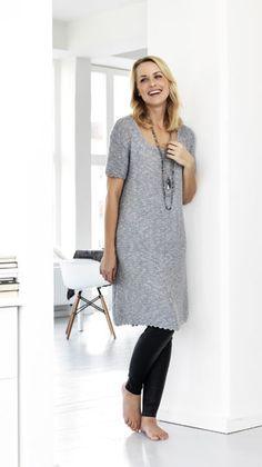 Den retstrikkede kjole er strikket i en behagelig blanding af hør og bomuld. Kjolen er strikket i retstrik med hæklede picotkanter
