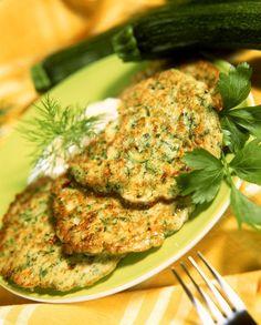 Zucchinipuffer mit Joghurtsauce - smarter - Zeit: 35 Min. | eatsmarter.de