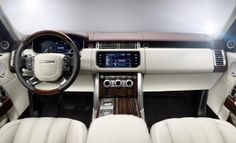 La Land Rover Range Rover è stata totalmente rinnovata rispetto al precedente modello, sia nella linea che nei contenuti. In questo nuova versione si nota la sostanziale differenza di peso, infatti rispetto al vecchio modello è dimagrita di circa 400 kg, a vantaggio del comfort di guida e dei consumi. Le dimensioni esterne sono imponenti: 500cm di lunghezza, 198cm di larghezza e 183cm di altezza.