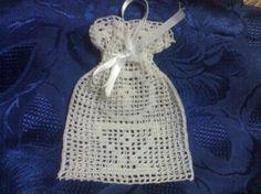 Bomboniere per la Prima Comunione fai da te - Sacchetto all'uncinetto C2c Crochet, Crochet Crafts, Crochet Patterns, New Years Eve Party, Knitting Stitches, Free Pattern, Diy And Crafts, Elsa, Gifts