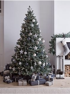 Traditional Christmas tree decorates your room 2020 Beautiful Christmas tree with lights and decorations, Christmas decorations ideas, Christmas tree design 2020 Elegant Christmas Trees, Scandi Christmas, Silver Christmas Decorations, Traditional Christmas Tree, Christmas Trends, Christmas Tree Design, Noel Christmas, Christmas Lights, Colors