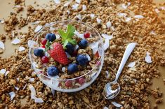 Is Granola Good for You and Healthy?Granola is a kind of health food that can really help you with your weight loss. Fodmap, Bodybuilding Breakfast, Breastfeeding Snacks, Keto Granola, Granola Bars, Healthy Snacks, Healthy Recipes, Healthy Tips, Healthy Snack Foods