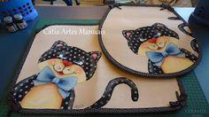 Catia Artes Manuais: PROJETOS JOGOS DE BANHEIRO PARA VENDA Dog Quilts, Cat Quilt, Crochet Projects, Sewing Projects, Quilt Patterns, Crochet Patterns, Fabric Coasters, Antique Quilts, Felt Fabric