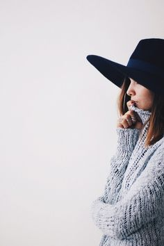 Pinned for the fedora and sweater, not because it's a turtle neck. Looks Chic, Looks Style, Style Me, Fashion 101, Look Fashion, Fashion Beauty, Fall Fashion, Fashion Videos, Fashion Black