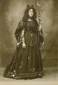 Vintage Gypsy, Vintage Witch, Gypsy Witch, Gothic Mode, Wiccan Witch, Look Thinner, Halloween Disfraces, Antique Photos, Costume Makeup