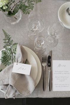 We are loving these trendy table settings! Hopefully they bring you a little inspiration! Table Setting Inspiration, Wedding Place Settings, Beautiful Table Settings, Partys, Deco Table, Table Covers, Dinner Table, Tablescapes, Table Decorations