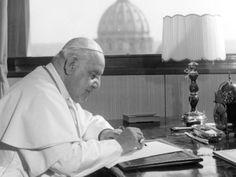 Foto de 15 de abril de 1963 mostra o Papa João XXIII em sua mesa de trabalho no Vaticano (Foto: Luigi Felici/AP)