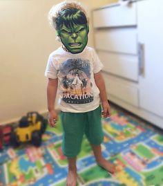 -> Meu Super-Herói . . Caio está na fase Super-Heróis tudo é homem aranha / homem de ferro / Capitão América / Thor / Batman e seu preferido: o Hulk! . . Eu acabo aproveitando essa fase pra fazer ele se alimentar melhor  coloco espinafre no arroz ou faço panqueca verde com espinafre e falo: olha Caio é do Hulk vamos comer pra ficar fortão? rs . #QuemMãeNunca? . Algumas vezes da certo outras não... hahaha. . Caio veste @eliantextil  . . #amaecoruja #blogAMC #pin #ParceirosAMC #eliantextil…