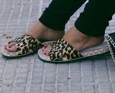 Tudo fica melhor quando você coloca um sapato confortável e cheio de estilo. Para as viciadas em birkens >>> foto by @jadeseba
