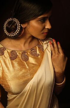 A golden blouse design is the ultimate option to wear with most sarees in your closet! Here are 20 golden blouse design ideas to show your tailor before stitching one. Golden Blouse Designs, Simple Blouse Designs, Bridal Blouse Designs, Blouse Neck Designs, Kerala Saree Blouse Designs, Saree Blouse Patterns, Jacqueline Fernandez, Saris, Sari Bluse