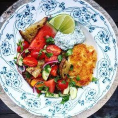 """Julia Tuvesson on Instagram: """"PANZANELLA! SOM man längtar hela året efter detta. Panzanella är alltså en brödsallad vilket innebär massvis av stekt bröd som serveras med…"""" Vegetarian Recepies, Veggie Recipes, Healthy Recipes, Kitchen Recipes, Cooking Recipes, Halloumi, Good Food, Yummy Food, Food For Thought"""