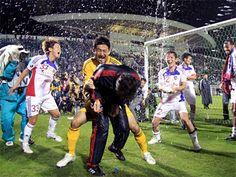 [ J2:第36節 鳥取 vs F東京 ] 重圧から解放された選手たちはピッチの上で喜びを爆発させた。  2011年11月19日(土):とりぎんバードスタジアム