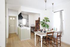 内装にはヒッキーウォールで味わいのある雰囲気に。 Divider, Country, Table, Room, Furniture, Home Decor, Bedroom, Decoration Home, Rural Area