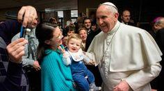 Este fue el saludo del Papa Francisco por el Día de la Madre 08/05/2016 - 05:53 am .- Desde el balcón del estudio del Palacio Pontificio del Vaticano, después de presidir el Regina Coeli, el Papa Francisco tuvo un recuerdo muy especial hacia las madres de todo el mundo en ocasión del Día de la Madre que se celebra en muchos países.