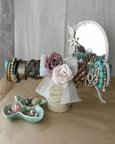 DIY Bracelet Holder: Take a paper towel cardboard tube, wrap fabric, bows, and flowers around, and glue a cup to the bottom! Diy Bracelets Stand, Bracelet Holders, Jewelry Holder, Crafts To Do, Arts And Crafts, Diy Crafts, Ideas Para Organizar, Dorm Decorations, Jewelry Organization