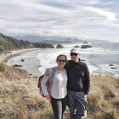 """On The Beach . Mimo że mieszkamy w Vancouver nad Pacyfikiem to dopiero tutaj w Oregonie poczułam  moc oceanu. W naszym mieście jest trochę """"wytłumiony"""" cichy nawet nieśmiały. A tutaj wali o brzeg z pełną siłą. I te megaśne głazy och och och. Dobrego Święta Dziękczynienia bo to dziś w Kanadzie! . . . . . . . . . . . #neverbored #naturephotography #nakedplanet #earthgrammers #motherearth #kanadasienada #wszystkozazycie#happiness#emotion #deeplymoved#adventure #treking…"""