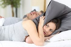 About 37 million Americans snore on a regular basis, according to the National Sleep Foundation. Both men and women snore, but men—particularly those who are overweight—are the most prone to do so. Snoring is caused Causes Of Sleep Apnea, Sleep Apnea Remedies, Snoring Remedies, Anti Schnarch, Auswirkungen Von Stress, Circadian Rhythm Sleep Disorder, How To Stop Snoring, Eczema Symptoms, National Sleep Foundation