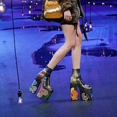 美國 USA 紐約 New York 2017 春夏時裝周 Marc Jacobs 秀場,模特正在展示美國設計師 Marc Jacobs 的最新一季時裝作品。本季時裝作品融入了 哥特 Gothic 和日本 原宿 Harajuku 風格,主要元素包括亮片超短裙、金屬光澤夾克、迷彩印花、糖果色超高厚底鞋等。攝影師:Andrew Kelly