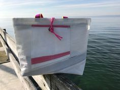 Segeltuchtasche mit pinken Details aus original Segeltuch - handgemachtes Unikat Nautical Fashion, Nautical Style, Sailing Outfit, Recycling, Outdoor Decor, Crafts, Handbags, Bags Sewing, Workshop