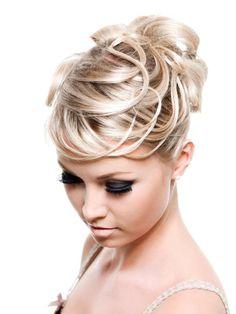 Le visage de cette mariée est mis en valeur grâce à cette coiffure relevée. Ses cheveux ont été attachés sur le dessus de la tête et on y a ...