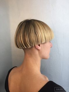 Female, Short, Blonde, Straight, Fine Undercut Carré Bol hairstyle