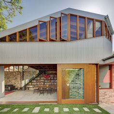 The Cowshed House located in Glebe Sydney is a wonderful example of Australian Architecture. Designed by Sydney based firm Carter Williamson Architects the use of corrugated sheets of metal rich timbers and bricks give the home a rustic Australian feel. Architecture Renovation, Architecture Résidentielle, Australian Architecture, Installation Architecture, Industrial Architecture, Sustainable Architecture, Decoration Entree, Design Exterior, Modern Exterior