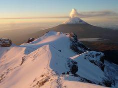 Volcán Popocatepetl visto desde la cima del Iztaccihuatl... Mexico