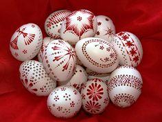 Madeirové+kraslice+velikonoce+-+červená+Velikonoce+-+dekorace+i+dáreček+:-)+Každá+kraslice+je+originál+můžete+si+napsat+jaké+se+Vám+líbí+vzory,+lze+namalovat+na+přání.+slepičí+kraslice,+madeirové+-+děrované,+chemicky+ošetřené+a+zdobené+voskem.+Do+vajíčka+vrtám+různé+typy+kytiček,+podívejte+se+i+na+mé+další+výrobky+:-)+dá+se+i+domluvit+a+objednat+si+různé... Eastern Eggs, Easter Egg Designs, Ukrainian Easter Eggs, Egg Art, Painted Rocks, Wax, Origami, Crafts, Patterns