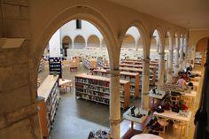 VIC. Biblioteca Joan Triadú  (Àrea Adults)