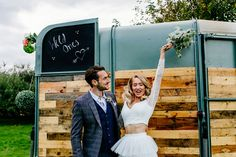 Huur een foodtruck voor jouw festival bruiloft. Nog meer tips op ons blog Wild Ones, Festival Fashion, Festivals, Wedding Styles, Groom, Couple Photos, Couples, Couple Shots, Grooms