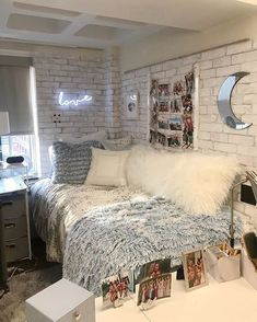 These dorm room decor ideas are so amazing! Your college dorm room is your home away from home and it's up to you to make it your own. Here are some amazing dorm room wall decor ideas for inspiration! College Bedroom Decor, Small Room Bedroom, College Dorm Rooms, Girls Bedroom, Bed Room, Master Bedroom, Master Suite, College Apartments, Room Ideas Bedroom