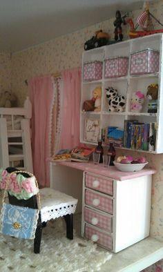 Lastenhuoneen uusi kirjoituspöytä ja hylly