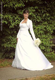 ♥ Eine glückliche Braut in unserem Brautkleid Modell Melina. Wir gratulieren herzlich zur Hochzeit und lieben Dank für das tolle Hochzeitsfoto ♥