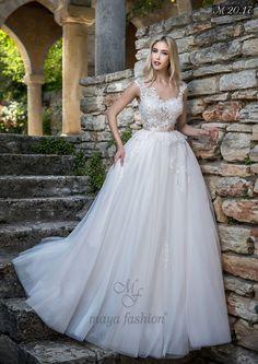 Imprimeurile 3D si perlele aplicate manual transforma acest model de rochie de mireasa intr-o aparitie demna de covorul rosu.
