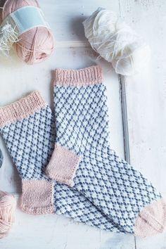 Tämä ohje sisältää kerros kerrokselta selitetyn ohjeen, jotta jokainen uskaltaa kokeilla sukkia. Tämä on tehty suorastaan teille, neulonnan newbies! Continue Reading...