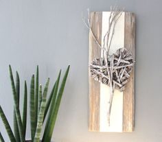 WD46 – Wanddeko aus altem Holz! Gebürstet und gebeizt, dekoriert mit Filzband und einem geflochtenem Holzherz! Preis 29,90€
