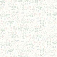 Strawberry Field är en vit, blommig tapet med ett sött mönster av stiliserade smultron, violer, klockor, pärlhyacinter och annat som hör den svenska våren och sommare