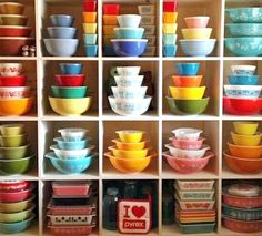 Vintage Kitchen Cozy Little House: How To Put Collections On Display - Most people have a collection of something they prize. But how do they display them for optimum exposure. I'll show you how to make the most of yours. Pyrex Vintage, Vintage Kitchenware, Vintage Dishes, Vintage Glassware, Vintage Bowls, Antique Dishes, Vintage Tins, Pyrex Display, Dish Display
