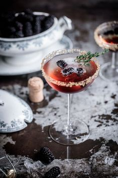 Blackberry & Thyme Fizz A simple blackberry & thyme champagne cocktail, a simply delightful way to start any evening! Party Drinks, Cocktail Drinks, Fun Drinks, Yummy Drinks, Cocktail Recipes, Vodka Cocktails, Beverages, Drink Recipes, Bartender Drinks