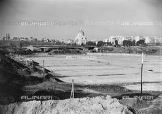 Il laghetto dell'EUR in costruzione. Doveva essere realizzato per l'Esposizione Universale del 1942, e infatti fu progettato nel 1937, ma la sua realizzazione avvene in occasione dei Giochi Olimpici del 1960. Anno: fine anni 50