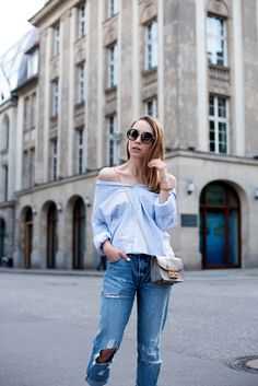 gestreifte schulterfreie bluse, schulterfreie bluse kombinieren, schulterfreie bluse stylen, sommerliches Outfit, Sommer Outfit, Boyfriend Jeans stylen, Outfit mit schulterfreier Bluse, Prada Sonnenbrille, Off Shoulder Trend, Outfit mit gestreifter Bluse, Furla Metropolis, Outfit mit Furla Metropolis